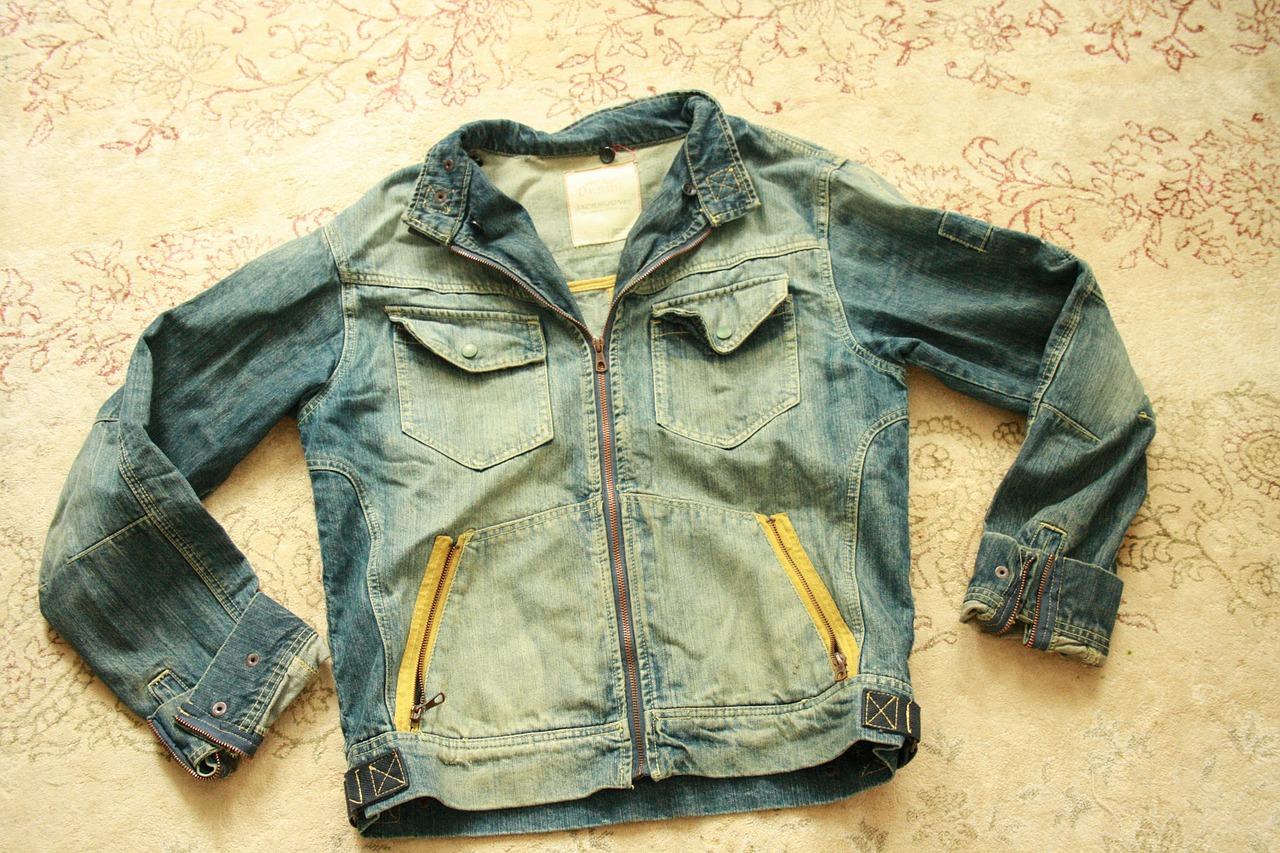Une veste en jeans, ce qui peut tout changer à votre look.